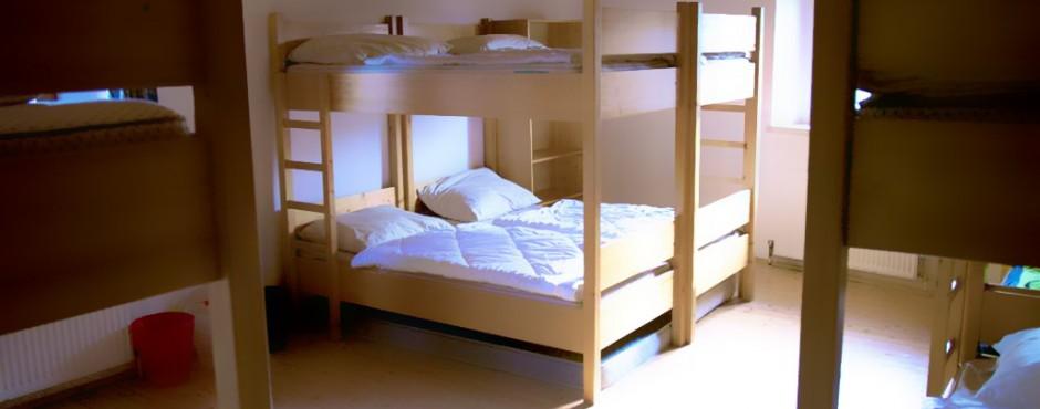 <h1>Jugendherberge: Zwei Mehrbettzimmer mit Stockbetten</h1><p>20 Betten verteilt auf 2 Zimmer + 2 Betreuerbetten in separaten Raum</p>